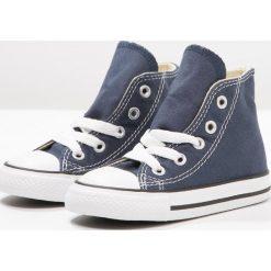 Converse CHUCK TAYLOR ALL STAR Tenisówki i Trampki wysokie bleu / blanc. Niebieskie tenisówki męskie marki Converse, z włókna, retro, za kostkę, na sznurówki. Za 169,00 zł.