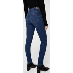Mango - Jeansy Uptown2. Niebieskie jeansy damskie Mango. W wyprzedaży za 99,90 zł.