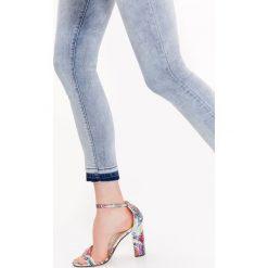 Spodnie damskie: RURKI DENIMOWE Z ODBARWIONYM DOŁEM NOGAWKI