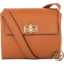 Skórzana torebka w kolorze jasnobrązowym - 20 x 15 x 8 cm. Brązowe torebki klasyczne damskie Mia Tomazzi, w paski, z materiału, z tłoczeniem. W wyprzedaży za 272,95 zł.