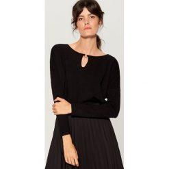 Sweter z biżuteryjnym detalem - Czarny. Czerwone swetry klasyczne damskie marki Mohito, z bawełny. Za 69,99 zł.
