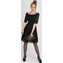 Sukienki: Koronkowa sukienka z dekoltem carmen