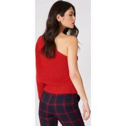 NA-KD Sweter z dzianiny na jedno ramię - Red. Czerwone swetry klasyczne damskie NA-KD, z dzianiny. W wyprzedaży za 60,57 zł.