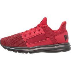 Puma ENZO STREET Obuwie treningowe red dahlia/flame scarlet. Czerwone buty sportowe chłopięce marki Puma, z materiału. W wyprzedaży za 224,10 zł.