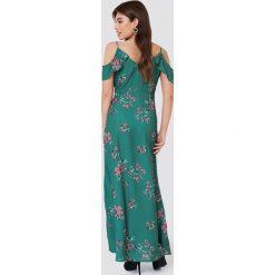 Rut&Circle Długa sukienka Mika - Green. Zielone długie sukienki Rut&Circle, z poliesteru, dekolt w kształcie v, z długim rękawem. Za 283,95 zł.