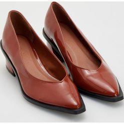 Czółenka na średnim obcasie - Brązowy. Brązowe buty ślubne damskie marki Reserved, na średnim obcasie. Za 159,99 zł.