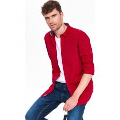 KOSZULA MĘSKA Z NADRUKIEM O KROJU SLIM. Czerwone koszule męskie slim marki Top Secret, na jesień, m, z nadrukiem, z bawełny, z długim rękawem. Za 99,99 zł.