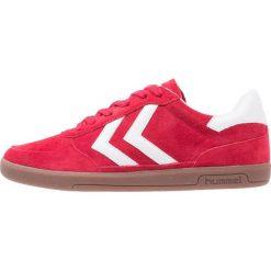 Hummel VICTORY Tenisówki i Trampki ribbon red. Czerwone tenisówki damskie marki Hummel, z materiału. W wyprzedaży za 191,40 zł.