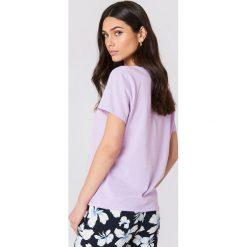 NA-KD Basic T-shirt z dekoltem V - Purple. Różowe t-shirty damskie marki NA-KD Basic, z bawełny. W wyprzedaży za 21,18 zł.