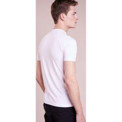 Emporio Armani Tshirt basic white. Szare koszulki polo marki Emporio Armani, l, z bawełny, z kapturem. W wyprzedaży za 367,20 zł.