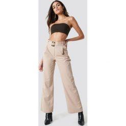 Spodnie damskie: NA-KD Trend Szerokie spodnie z paskiem - Beige