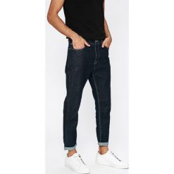 Review - Jeansy. Niebieskie jeansy męskie z dziurami Review. W wyprzedaży za 99,90 zł.