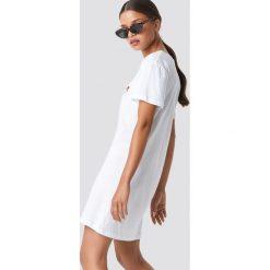 NA-KD Rose Embroidery T-shirt Dress - White. Białe t-shirty damskie NA-KD, z materiału, z koszulowym kołnierzykiem. Za 80,95 zł.