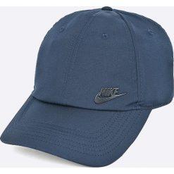 Nike Sportswear - Czapka. Różowe czapki z daszkiem męskie marki Nike Sportswear, l, z nylonu, z okrągłym kołnierzem. Za 79,90 zł.