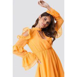 Andrea Hedenstedt x NA-KD Zwiewna sukienka maxi z wycięciami - Orange. Szare długie sukienki marki Mohito, l, z asymetrycznym kołnierzem. Za 242,95 zł.