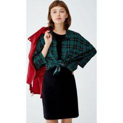 Krótka sukienka z drobnego sztruksu. Sukienki małe czarne Pull&Bear, ze sztruksu, z krótkim rękawem. Za 69,90 zł.