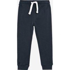 Blukids - Spodnie dziecięce 98-128 cm. Czarne spodnie chłopięce Blukids, z bawełny. W wyprzedaży za 29,90 zł.