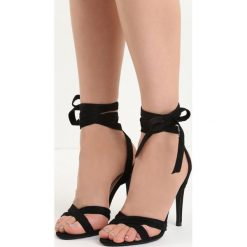 Czarne Sandały Raspberry. Czarne sandały damskie marki Born2be, z materiału, na wysokim obcasie, na obcasie. Za 69,99 zł.