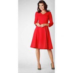 Czerwona Wizytowa Rozkloszowana Sukienka na Stójce z Dekoltem V. Czerwone sukienki koktajlowe marki Molly.pl, do pracy, l, dekolt w kształcie v, dopasowane. W wyprzedaży za 129,18 zł.