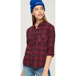 Koszula z aplikacją na kieszeni - Czerwony. Czerwone koszule damskie marki Sinsay, l, z aplikacjami. W wyprzedaży za 39,99 zł.
