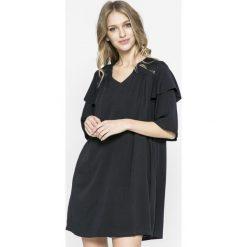 Answear - Sukienka Agra. Szare sukienki mini marki ANSWEAR, na co dzień, l, z materiału, casualowe, z krótkim rękawem, proste. W wyprzedaży za 79,90 zł.