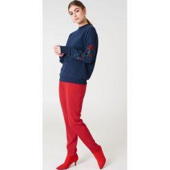 NA-KD Bluza z wyszywanymi różami na rękawach - Blue. Szare długie bluzy damskie marki NA-KD, z bawełny, z podwyższonym stanem. Za 133,95 zł.