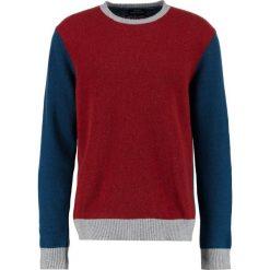 Mads Nørgaard KENNY Sweter sassafras/blue/grey. Czerwone swetry klasyczne męskie Mads Nørgaard, m, z materiału. W wyprzedaży za 349,30 zł.