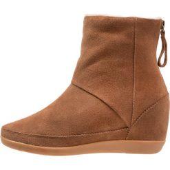 Shoe The Bear EMMY Botki na koturnie brown. Brązowe buty zimowe damskie marki Shoe The Bear, z materiału, na koturnie. W wyprzedaży za 535,20 zł.