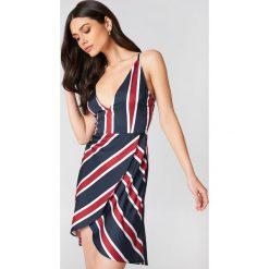 Linn Ahlborg x NA-KD Sukienka z zakładką - Multicolor. Szare sukienki na komunię marki Linn Ahlborg x NA-KD, z kopertowym dekoltem, kopertowe. W wyprzedaży za 40,19 zł.