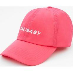 """Różowa czapka z haftem """"Calibaby"""". Szare czapki z daszkiem męskie marki Pull & Bear, okrągłe. Za 15,90 zł."""
