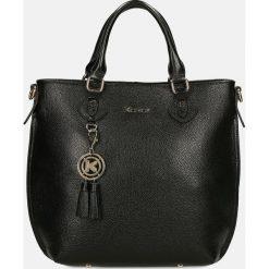 Czarna torebka do ręki. Czarne torebki klasyczne damskie Kazar, z aplikacjami, ze skóry, z breloczkiem. Za 749,00 zł.