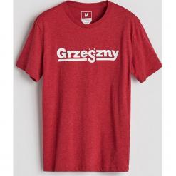 T-shirt z nadrukiem - Czerwony. Niebieskie t-shirty męskie z nadrukiem marki Reserved. Za 29,99 zł.