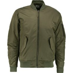 Edwin FLIGHT Kurtka Bomber olive drab. Zielone kurtki męskie bomber Edwin, m, z materiału. W wyprzedaży za 419,50 zł.