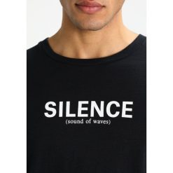 Wood Wood PERRY Tshirt z nadrukiem black. Niebieskie koszulki polo marki Tiffosi. Za 229,00 zł.