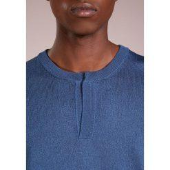 Nuur SERAFINO  Sweter blue. Niebieskie swetry klasyczne męskie Nuur, m, z bawełny. W wyprzedaży za 735,20 zł.