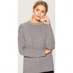 Sweter z syntetycznymi perłami - Szary. Szare swetry klasyczne damskie marki Mohito, l, z syntetyku. Za 119,99 zł.