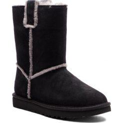 Buty UGG - W Classic Short Spill Seam 1098078 W/Blk. Czarne buty zimowe damskie Ugg, ze skóry. Za 879,00 zł.