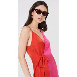 Sukienki: NA-KD Trend Asymetryczna sukienka kopertowa – Pink,Red,Multicolor