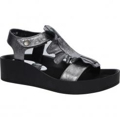 Srebrne sandały skórzane z falbanką Karino 2468/078-P. Fioletowe sandały damskie marki Karino, ze skóry. Za 238,99 zł.