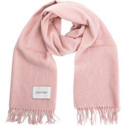 Szal CALVIN KLEIN - Classic Wool Scarf W K60K604720 629. Czerwone szaliki damskie marki Calvin Klein, z materiału. Za 279,00 zł.