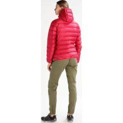 CMP WOMAN FIX HOOD JACKET Kurtka puchowa magentawine. Czerwone kurtki damskie puchowe marki CMP, z materiału. W wyprzedaży za 415,20 zł.