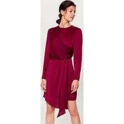 Kopertowa sukienka z satynowym połyskiem - Bordowy. Czerwone sukienki z falbanami marki Mohito, z satyny, z kopertowym dekoltem, kopertowe. W wyprzedaży za 99,99 zł.