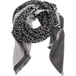 Szal CALVIN KLEIN - Ck Blanket K60K604710 001. Czarne szaliki damskie marki Calvin Klein, z materiału. Za 299,00 zł.