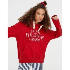 Bluza z logo P&B. Czerwone bluzy rozpinane damskie Pull&Bear. Za 89,90 zł.