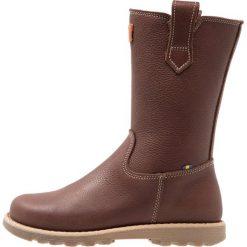 Kavat SKOGHALL Kozaki dark brown. Brązowe buty zimowe damskie Kavat, z materiału, na wysokim obcasie. W wyprzedaży za 401,40 zł.