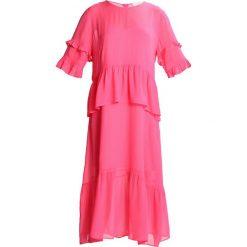 JUST FEMALE NICOLE  Długa sukienka raspberry rose. Czerwone długie sukienki marki JUST FEMALE, xs, z materiału, z długim rękawem. W wyprzedaży za 365,40 zł.