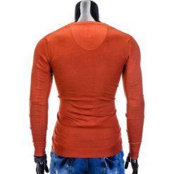 SWETER MĘSKI E74 - CEGLASTY. Czerwone swetry klasyczne męskie marki Ombre Clothing, m, z bawełny, z dekoltem w serek. Za 49,00 zł.