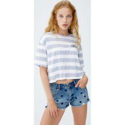 Jeansowe spodenki mom fit w groszki. Szare bermudy damskie Pull&Bear, w grochy, z jeansu. Za 59,90 zł.