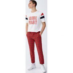 Spodnie chinosy tailoring w szkocką kratę. Czerwone chinosy męskie Pull&Bear. Za 139,00 zł.