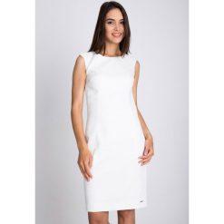 Sukienki balowe: Biała sukienka z kwiatową strukturą QUIOSQUE